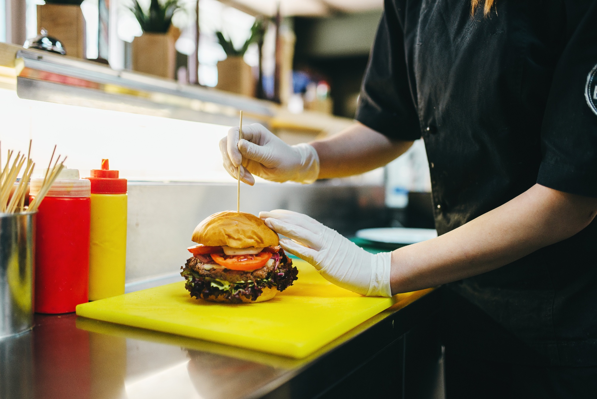 chef-prepares-burger-fast-food-cooking-LKXSWMV-1